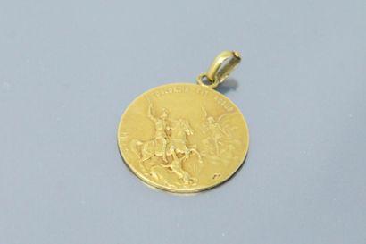 Médaille en or jaune 18k (750) figurant sur...
