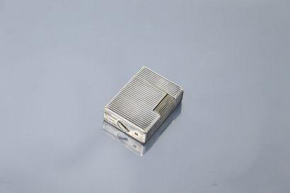 S.T. DUPONT  Briquet en métal argenté à cannelures,...