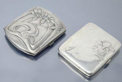 Deux porte-cigarettes en argent massif (Minerve), l'un au décor Art Nouveau (Charençon)...