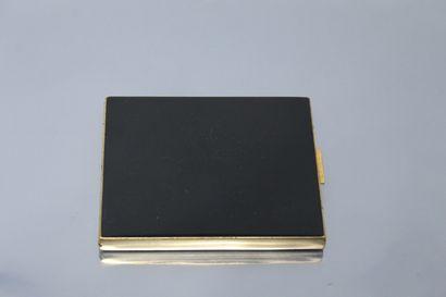 Porte cigarette en métal doré et laque chinoise....
