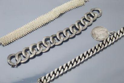Lot de trois bracelet en argent dont une...