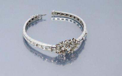 Bracelet en or gris 18k (750) stylisant des...