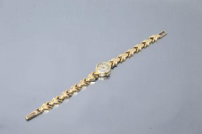 Petite montre bracelet de dame en or jaune...
