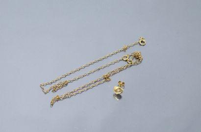 Débris d'or 18 k (750) comprenant un clou d'oreille et une chaîne.  Poids brut :...