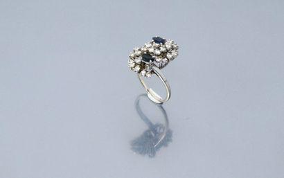 Bague en or gris 18k (750) ornée de diamants...