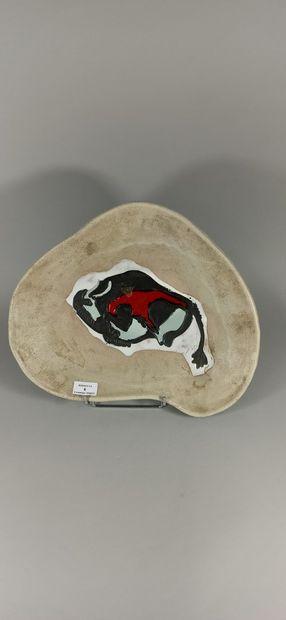 AUSTRUY Jean (1910 - 2012)  Plat à décor de taureau.  Terre de Vallauris, signature...