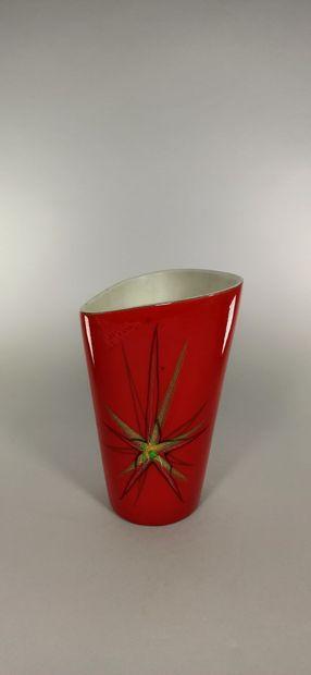 BAUD André (1903 -1986)  Lot de deux pièces :  - Bouteille de Gin.  - Vase rouge...