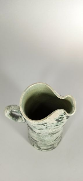 BLIN Jacques    Pichet en terre blanche, pièce tournée verte à décor de volatiles....