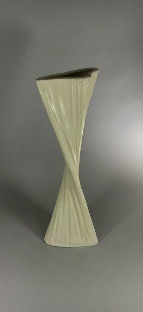 CAPRON Roger (1922 - 2006)  Vase hélicoïdal blanc.  Terre blanche, signature manuscrite...