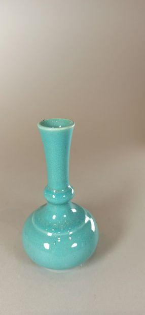 BRETBY (Grande-Bretagne)    Ensemble de quatre vases et deux coupes en céramique...