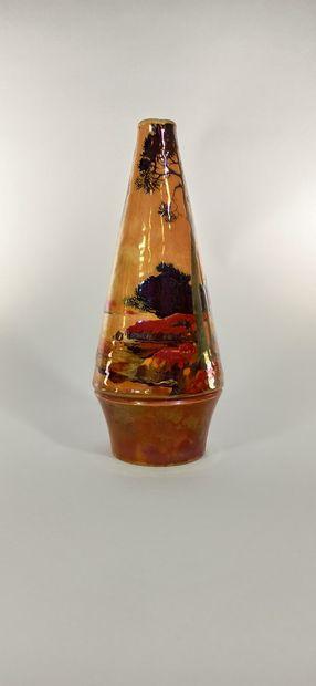 BACS Vase à décor de paysage. Céramique moulée, signature manuscrite peinte sous...