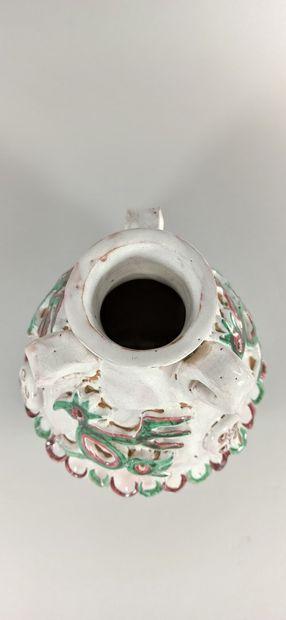 CALLIS (1946 -1952)  Vase à décor d'oiseaux.  Terre de Vallauris, signature manuscrite...