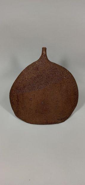 CARLIN Michel (né en 1935)  Céramiste et peintre  Vase sculpture.  Terre chamottée,...