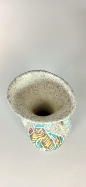 BORTY (XXe siècle)  Lot de sept pièces à décor de poissons :  - Vase - Six gobelets....