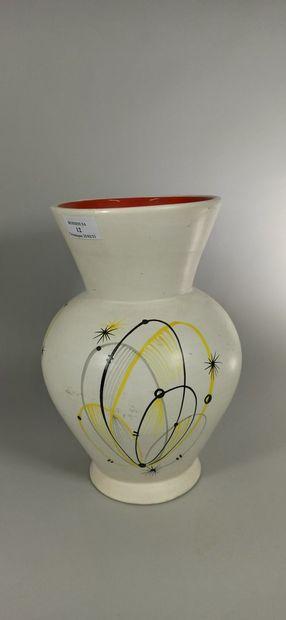 BAUD André (1903 -1986)  Vase blanc à décor abstrait.  Terre blanche, tampon de...