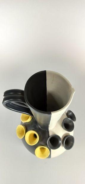 CAMAR Ray    Pichet tulipiaire noir, blanc et jaune. Ht. : 39,5 cm. Terre blanche....