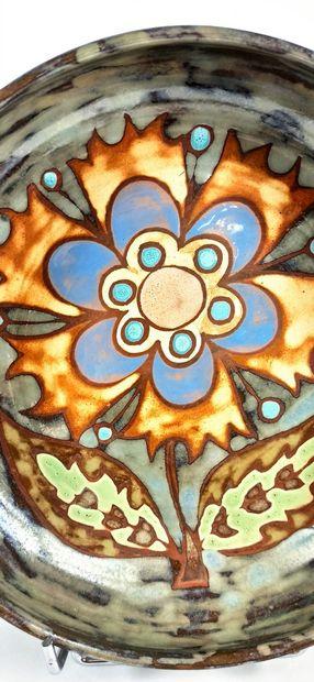 AZEMA Martine    Plat creux à décor de fleur stylisé. Terre rouge de Vallauris....