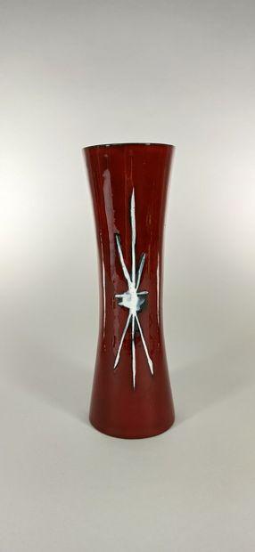 GALERIE PALISSY    Vase bordeaux à décor...