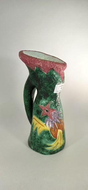 CERAMIQUE RICARD (atelier)    Grand pichet à décor de fleurs. Terre blanche.  Ht....