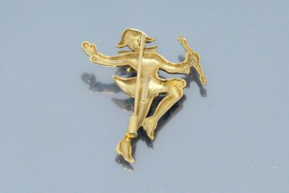Broche en or jaune 18K (750) émaillé figurant un arlequin.  (Accidents à l'émail)...