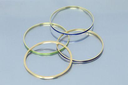 Ensemble de quatre bracelets joncs en or...