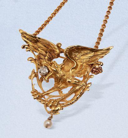 Collier pendentif-broche « chimère » en or...