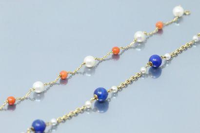 Lot de trois bracelets en or 18K (750) composés...