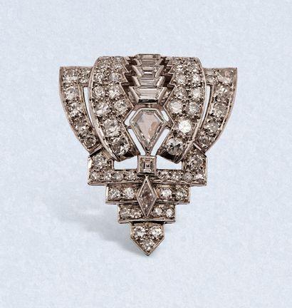 Clip de corsage « écusson » en platine repercé serti de diamants de formes variées...