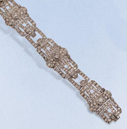 Bracelet Art déco composé de trois motifs articulés en platine repercé serti de...