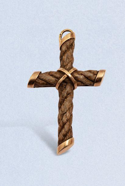BOUCHERON  Pendentif croix en or jaune 18K...