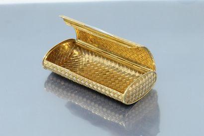 Etui à cigarettes en or jaune 18K (750) tressé et guilloché, le fermoir en platine...