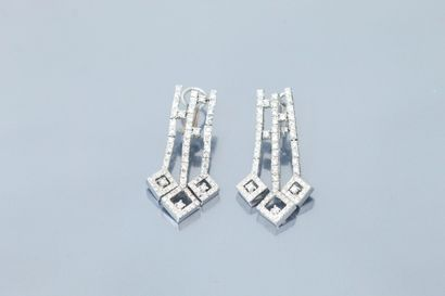 Paire de pendants d'oreilles articulés à...