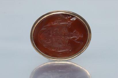 Cachet en or rose 14K (585) serti d'une intaille sur cornaline figurant les armes...
