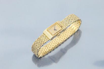 BOUCHERON  Montre bracelet de dame en or 18K (750). Boîtier avec une attache coulissante...