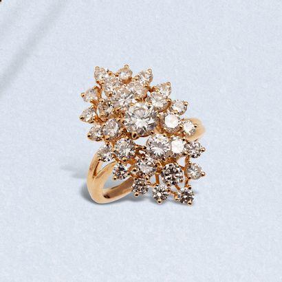 Bague marquise en or jaune 18K (750) serti de diamants de taille brillant.  Poids...