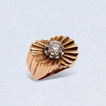 Bague chevalière rétro en or jaune 18K (750) et platine serti d'un diamant de taille...