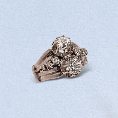 Bague en or gris 18K (750) centrée de deux diamants de taille ancienne épaulés d'une...
