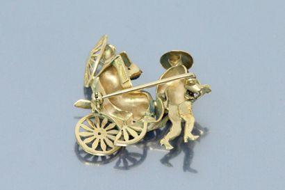 Broche en or jaune 18K (750) moulé, partiellement ciselé et émaillé, et serti d'une...