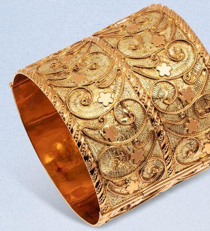 Bracelet manchette ouvrant en or jaune 18K...