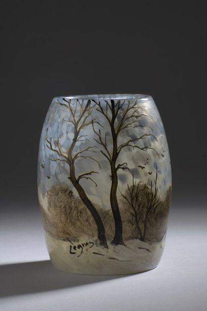 LEGRAS  Vase ovoïde en verre blanc tacheté...