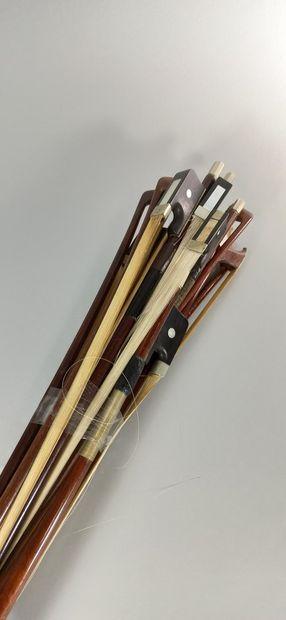 Lot d'archets de violons et de violoncelles...