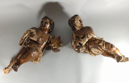 Paire d'angelots en bois sculpté et polychromé,...