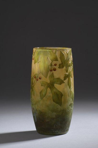 DAUM  Vase oblong à col ouvert. Épreuve en...