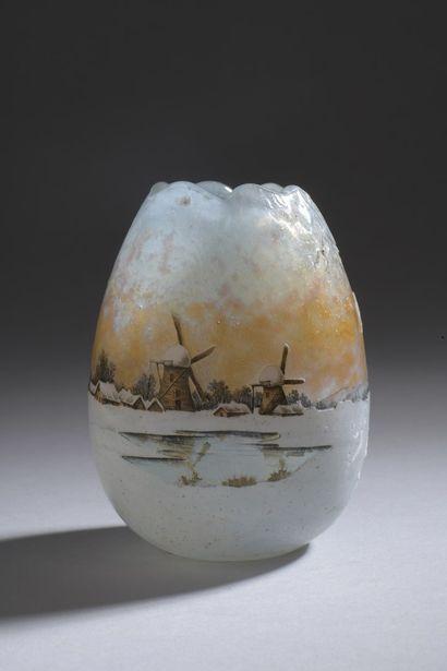 DAUM  Vase ovoïde à bords polylobés modelés...