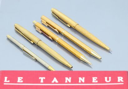 Lot de 2 stylos et 3 porte-mines en métal doré dont deux Parker