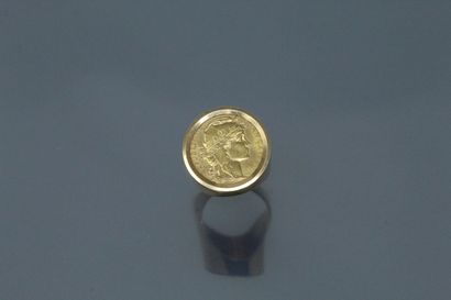 Bague chevalière en or jaune 18K (750) ornée d'une pièce de 20 Francs or 1914.  Tour...