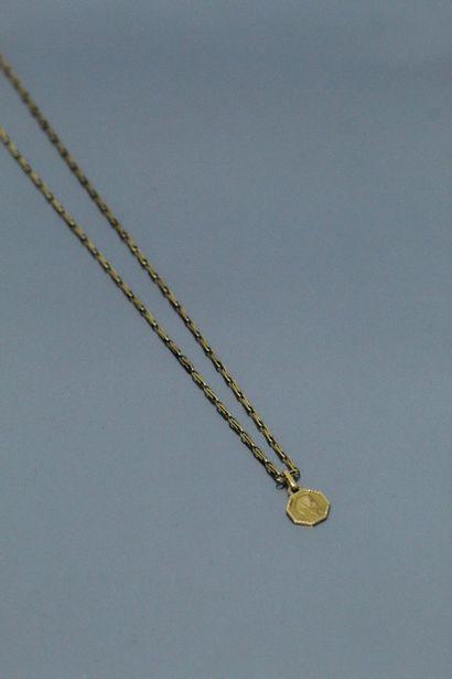 Petite médaille hexagonale figurant la Vierge...