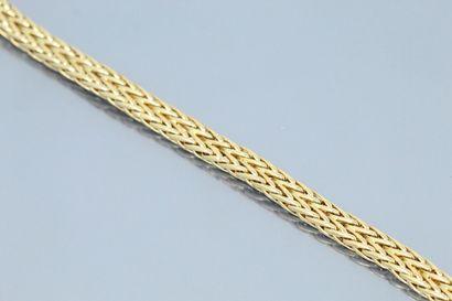 Bracelet en or jaune 18k (750) à maille tressée....