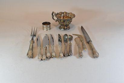 Lot d'argenterie comprenant :  - 1 fourchette...
