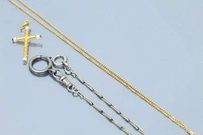 Pendentif croix en or jaune 18k (750) décoré d'un filigrane et de perles.  On y...